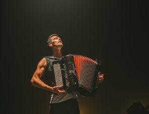 accordéoniste musclé sur scène Grégory Chauchat