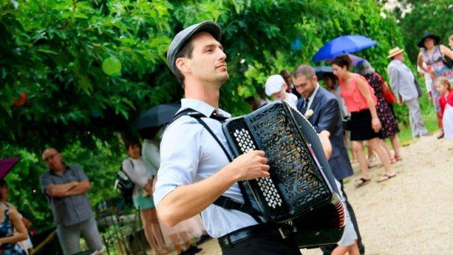 joueur d'accordéon lors d'une fête ambiance guinguette