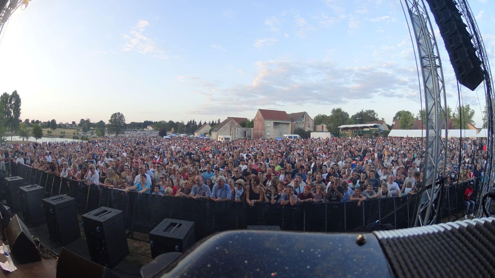 foule formée par le public lors d'un concert vu de l'accordéon