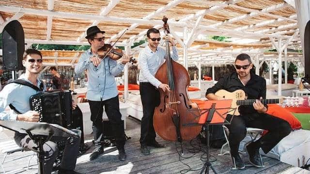 groupe de jazz manouche pendant un événement