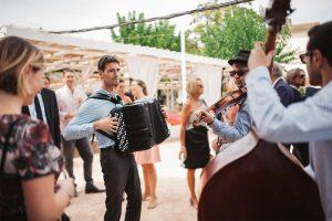 groupe de jazz manouche en déambulation à Lyon lors d'un mariage