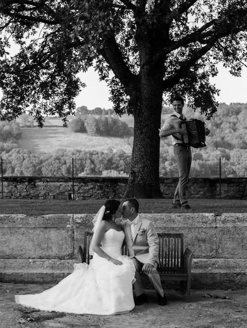Les mariés s'embrassent au son de l'accordéon