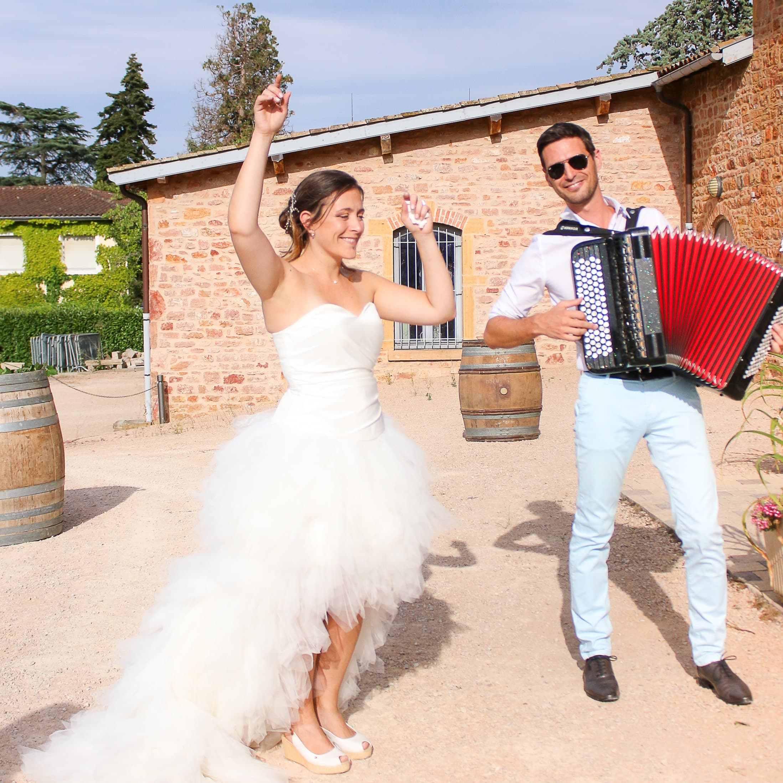 Mariée et accordéoniste