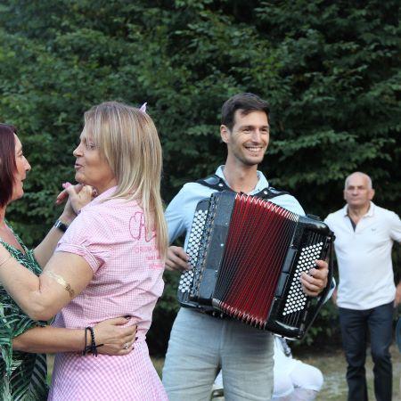 animation guinguette à Lyon avec accordéoniste